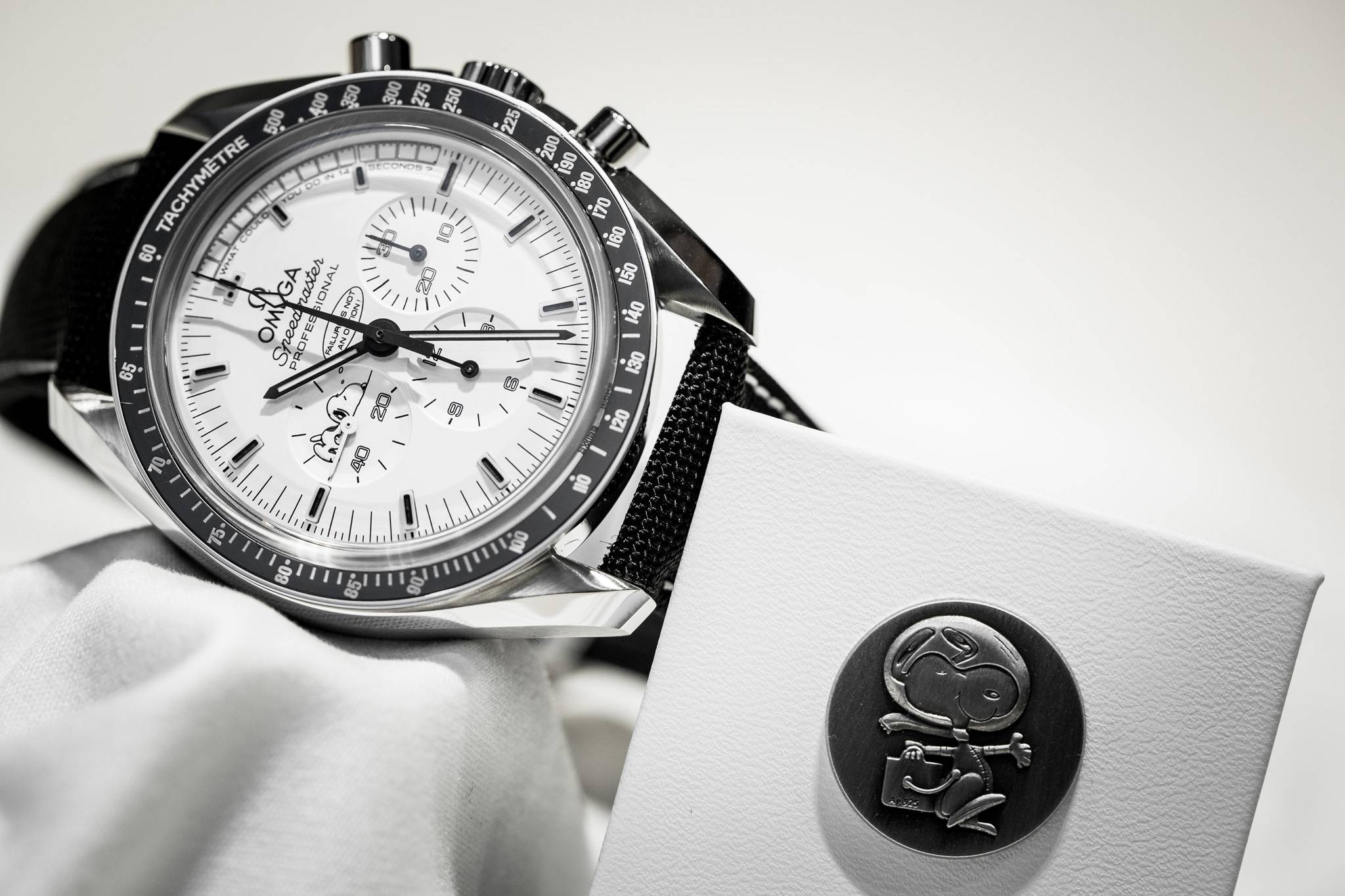 Best Replica Omega Speedmaster Apollo 13 Silver Snoopy Award Limited Edition Watch Front