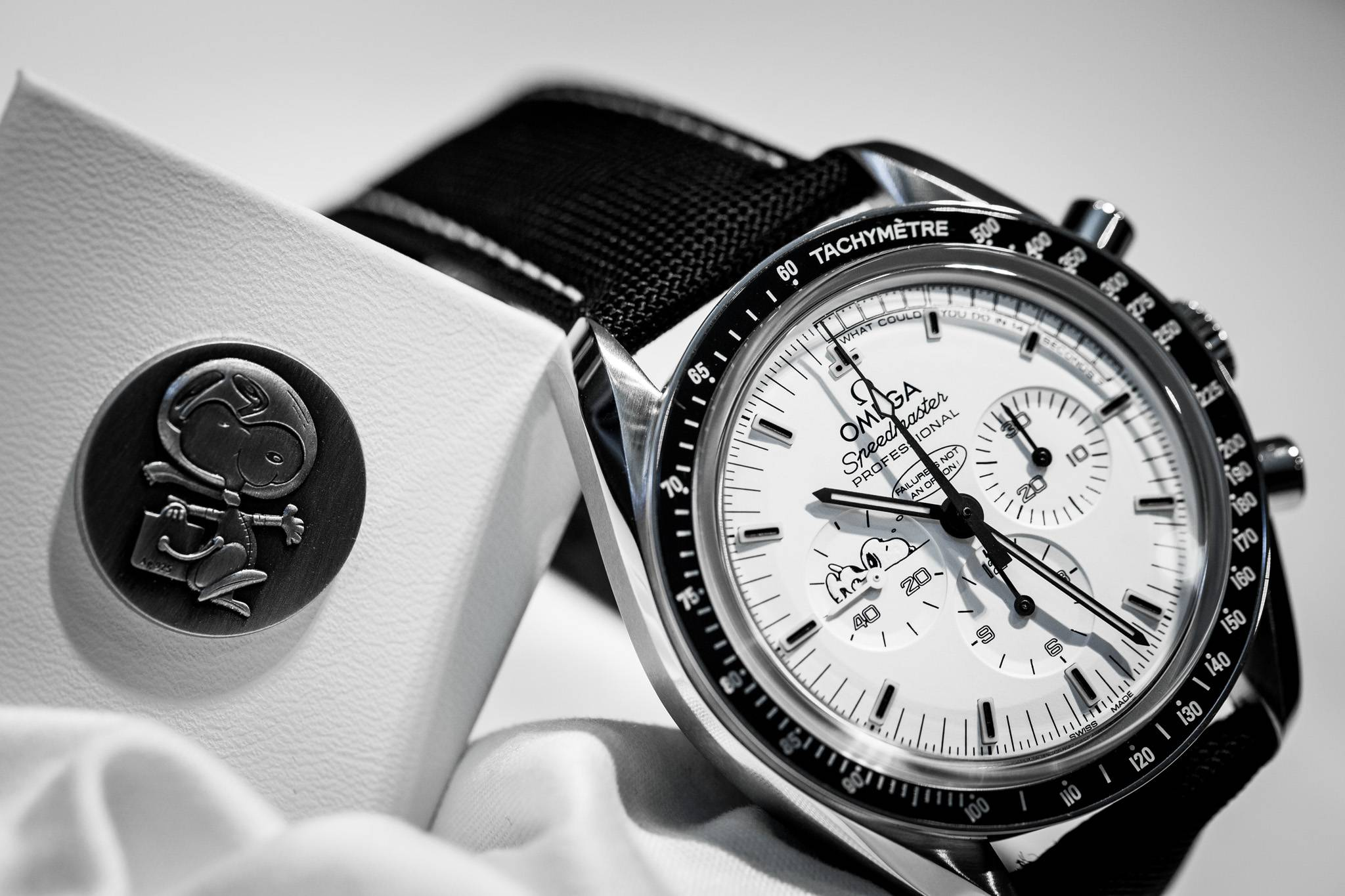 Omega Replica Speedmaster Apollo 13 Silver Snoopy Award Limited Edition Watch